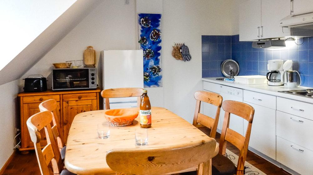 Die voll ausgestattete Küche ...